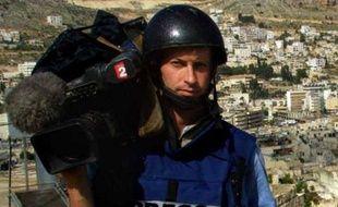 """Les obsèques de Gilles Jacquier, journaliste de France 2 tué le 11 janvier en Syrie à 43 ans, se sont déroulées vendredi à Bernex, en Haute-Savoie, dans une église trop petite pour accueillir journalistes et amis venus rendre hommage à un homme """"en quête de vérité""""."""