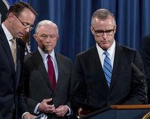 Le directeur adjoint du FBI, Andrew McCabe (droite), le 20 juillet 2017, aux côté du ministre de la Justice Jeff Sessions (centre) et de son adjoint Rod Rosenstein.