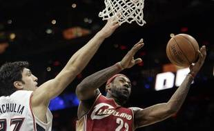 Le basketteur américain de Cleveland, Lebron James (en rouge), le 29 décembre 2009 face à Atlanta.