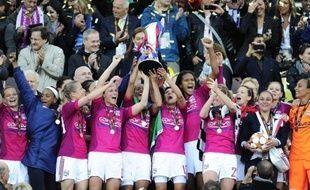 L'équipe féminine de l'Olympique lyonnais a été sacrée championne de France de football samedi, grâce à sa victoire 3 à 0 face à Juvisy, ce qui lui permet d'accomplir un triplé inédit, après les triomphes en Ligue des champions et en Coupe de France.