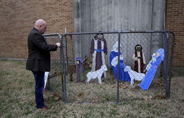 Une crèche américaine enferme Jésus pour protester contre la politique de Donald Trump 640x410_creche-fellowship-congregational-church-tulsa