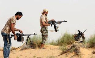 Des combattants de la milice Fajr Libya au cours d'affrontements avec les forces loyalistes, à l'ouest de Tripoli le 25 mai 2015