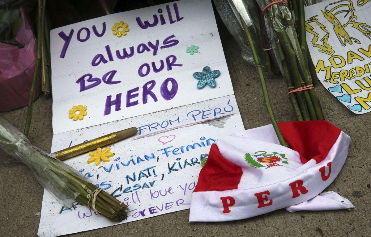 Des fans ont rendu hommage à David Bowie en déposant des fleurs et des mots d'adieu devant l'appartement new-yorkais qu'il occupait. – Mary Altaffer/AP/SIPA