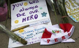 Des fans ont rendu hommage à David Bowie en déposant des fleurs et des mots d'adieu devant l'appartement new-yorkais qu'il occupait.