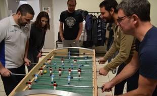 Une vingtaine de curieux se sont retrouvés jeudi soir à Lyon pour le lancement de la première école de baby-foot en France.