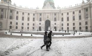 Illustration de personnes devant le palais Hofburg à Vienne, en Autriche, le 9 février 2015