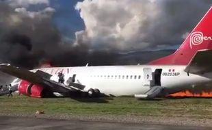 Un Boeing 737 de la compagnie Peruvian Airlines a pris feu mardi 28 mars après un atterrissage forcé à l'aéroport de Jauja (Pérou).