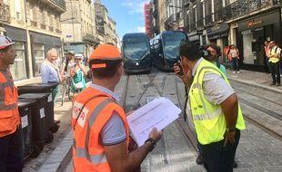 Les techniciens vérifient que tout se passe bien au passage du tram rue Fondaudège à Bordeaux.