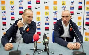 """L'entraîneur des trois-quarts du XV de France, Patrice Lagisquet, a reconnu mardi que la performance des Français, qui ont atteint la finale du dernier Mondial, leur donne un statut de favori pour le Tournoi des six nations dont il faudra """"être digne""""."""