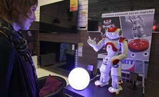 Le robot Nao, démonstrateur chez Darty, à Englos, près de Lille.
