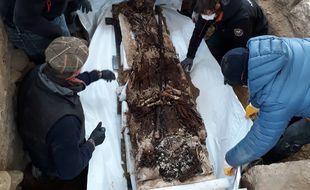 Exhumation du corps momifié retrouvé dans les ruines de l'ancienne abbaye de Soissons, dans l'Aisne.