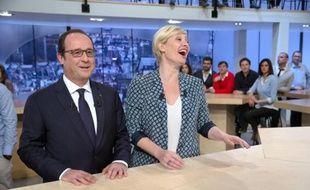 """Le président François Hollande et l'animatrice Maitena Biraben après l'émission """"Le Supplément"""" sur Canal+ le 19 avril 2015 à Paris"""