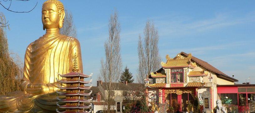 Pour visiter l'intérieur du temple richement orné, il vous faudra laisser vos chaussures à l'entrée.
