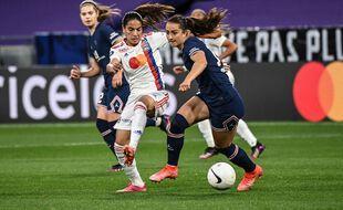 Amel Majri et les Lyonnaises n'ont jamais su prendre à défaut le PSG de Sara Däbritz, dimanche au Parc OL. OLIVIER CHASSIGNOLE