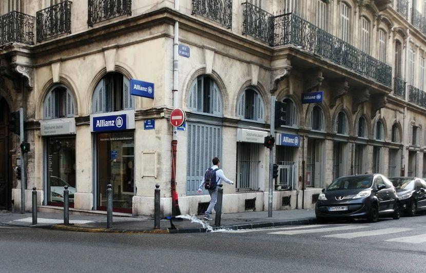 Marseille : L'eau coule toujours à flot pour nettoyer les trottoirs, même si la « pratique tend à disparaître »