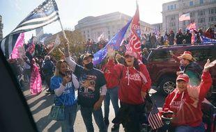 Des supporters de Donald Trump saluent le passage du cortège présidentiel.