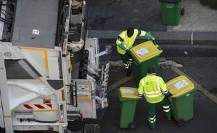 La collecte des ordures ménagères se poursuit aux horaires habituels à Paris malgré le coronavirus, comme ici le 23 mars.