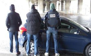 Des policiers de la BAC 19 en place sous un pont autoroutier porte de la Villette ce jeudi midi.
