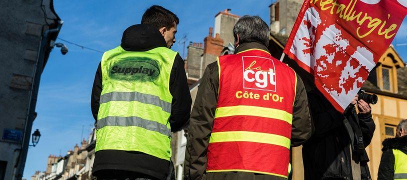 """Un membre de la CGT et un """"gilet jaune"""" défilant ensemble à Dijon le 5 février 2019"""