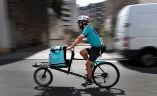 Un livreur à vélo  (illustration)