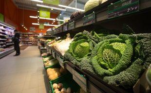 Illustration, choux d'un rayon fruits et legumes dans une grande surface.