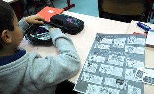A l'école Louis-Aragon de Pantin, un élève travaille sur la charte de la laïcité, le 9 décembre 2014.