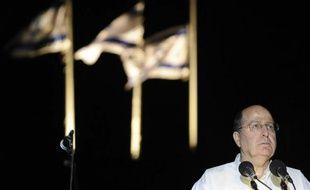 Le ministre israélien de la Défense Moshé Yaalon, le 8 avril 2013 dans le kibboutz de Yad Mordechay (sud)