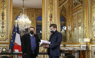 L'historien Benjamin Stora remet à Emmanuel Macron son rapport sur la mémoire de la colonisation et de la guerre d'Algérie, au palais de l'Elysée a Paris, le 20 janvier 2021.