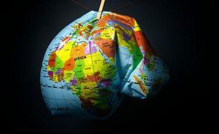 Une maquette du globe déformée pour illustrer le réchauffement climatique qui menace la planète, une illustration réalisée le 8 novembre 2015 à Paris