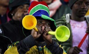 Un supporter sud-africain souffle dans son vuvuzela.