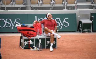 Roger Federer regarde le temps qui passe à Roland-Garros.