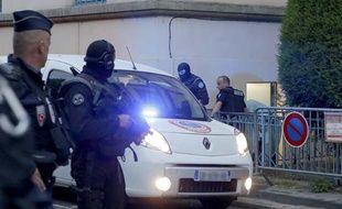 La police encadre Matthieu, condamné en première instance pour l'assassinat d'Agnès Marin, au Puy-en-Velay le 26 juin 2013.