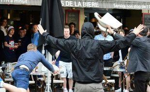 Des supporters russes lancent des chaises sur des supporters anglais le 14 juin 2016 à Marseille