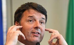 L'ancien Premier ministre Matteo Renzi espère revenir sur le devant de la scène avec le scrutin populaire pour regagner la tête de son parti dimanche 28 avril 2017.