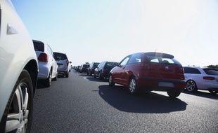 Des voitures ralenties sur l'autoroute A9. Illustration.
