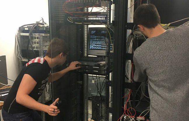 Deux élèves du lycée professionnel Jacques-Prévert, manipulent une machine de leur atelier.