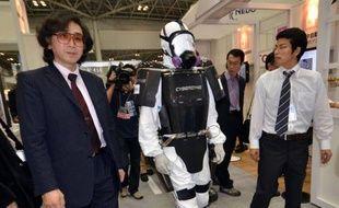 Des chercheurs japonais ont présenté jeudi un exosquelette qui permettrait de pouvoir travailler dans des zones hautement irradiées sans souffrir du poids des équipements, comme à la centrale accidentée de Fukushima.