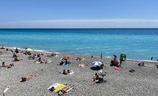 Plage de la Promenade des Anglais à Nice, la distanciation sociale est respectée entre chaque groupe.