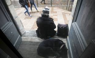 Un sdf dans une rue du centre ville de Toulouse.