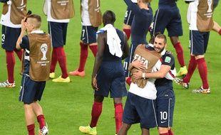 Les Bleus se félicitent après leur victoire contre le Honduras, le 15 juin 2014.