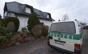Un véhicule de police stationne devant la maison familiale du copilote Andreas Lupitz, le 27 mars 2015, à Montabaur, dans le sud-ouest de l'Allemagne