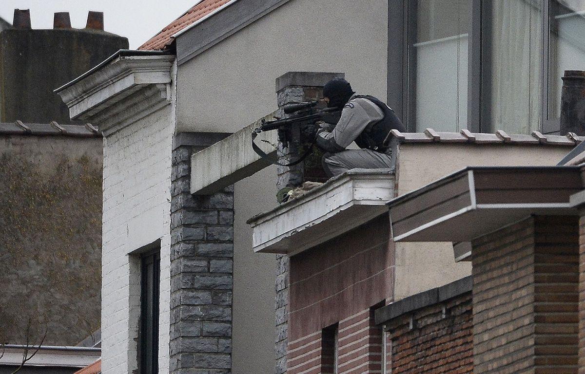 Un membre des forces spéciales prend position près de la maison perquisitionnée. – DIRK WAEM / Belga / AFP