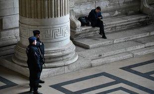 Un officier de police devant la salle où se tient le procès de Medhi Nemmouche, le 7 mars 2019.