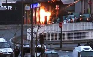 Capture d'écran à partir de la télévision lors de l'offensive de la police le 9 janvier 2015 contre un hypermarché casher à la porte de Vincennes