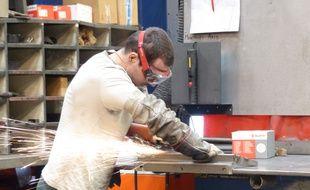 Mickaël, soudeur de 26 ans, a été embauché en CDD de six mois dans la société de métallurgie KDS à Meyzieu (Rhône) à travers le dispositif Embauche PME. Six personnes ont été recrutées dans cette usine depuis janvier 2016.