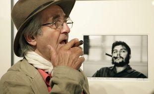 René Burri, devant son célèbre cliché de Che Guevara, en 2008, à Vienne.