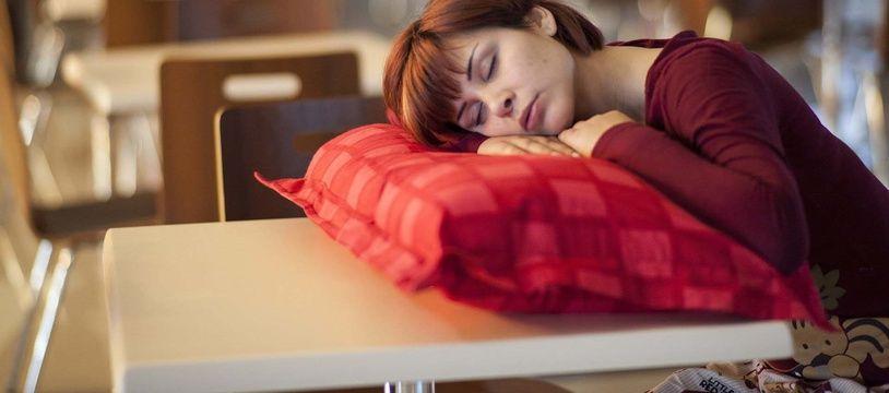 Illustration d'une femme dormant au milieu de la journée.