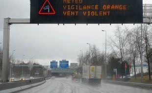 Archives. Panneaux de signalisation  sur les voies rapides alertant les automobilistes de vents violents. Le 10 02 2009