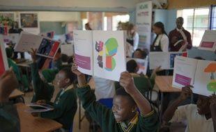 Des élèves lors d'un atelier consacré à Matisse le 20 juin 2016 dans une école défavorisée du township de Soweto