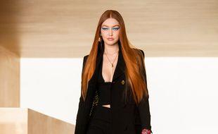 Le mannequin Gigi Hadid au défilé Versace A/H 21-22